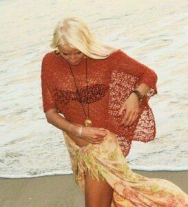Strick Poncho als Resort oder Strand Kleidung