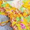 Gelbes Wickelkleid mit Blumen