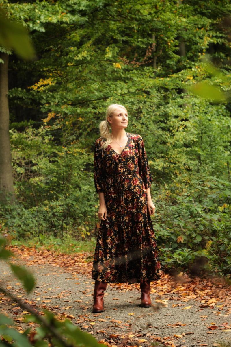 Boho Herbst Winter Kleid schwarm mit roten Blumen Volant Kleid tailliert