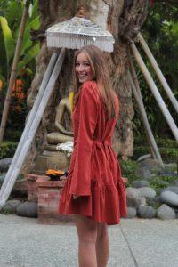 Kurzes Kleid mit Knöpfen Boho Tunika Kleid Sachs Farben Trompetenärmel