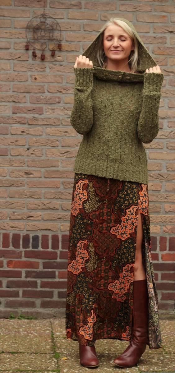 Boho Herbst Outfit - Strickpullover mit Kapuze und Maxikleid mit Schlitz