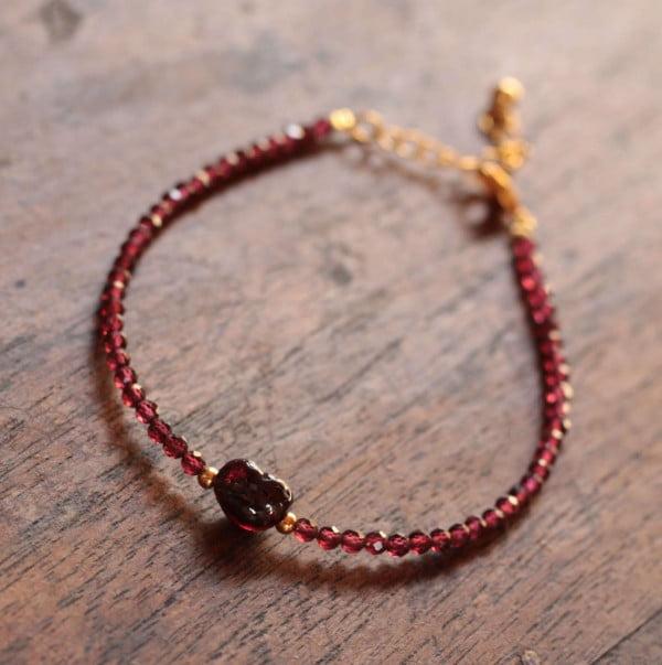 Feines Armband mit dem roten Edelstein Granat vergoldet