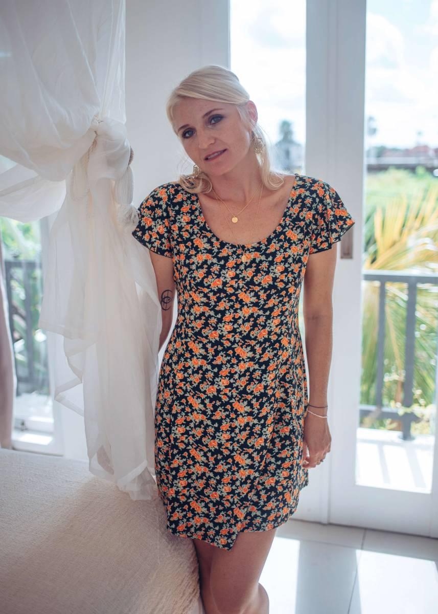Boho Kleid Kurz Rückenfrei mit Blumen Karree Ausschnitt