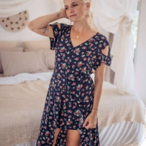 Cut out dress asymmetrical knee length with flowers in dark blue rose print