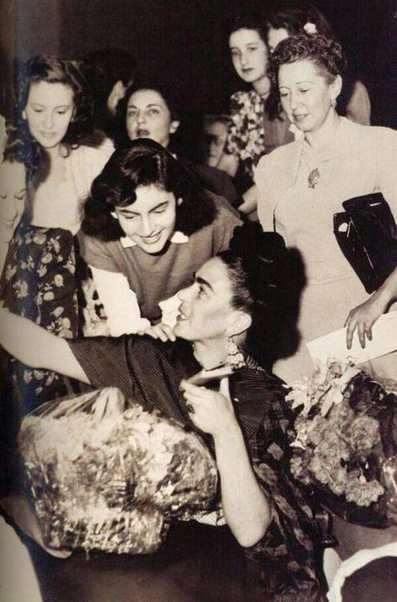 Frida auf ihrer Vernissage in 1953