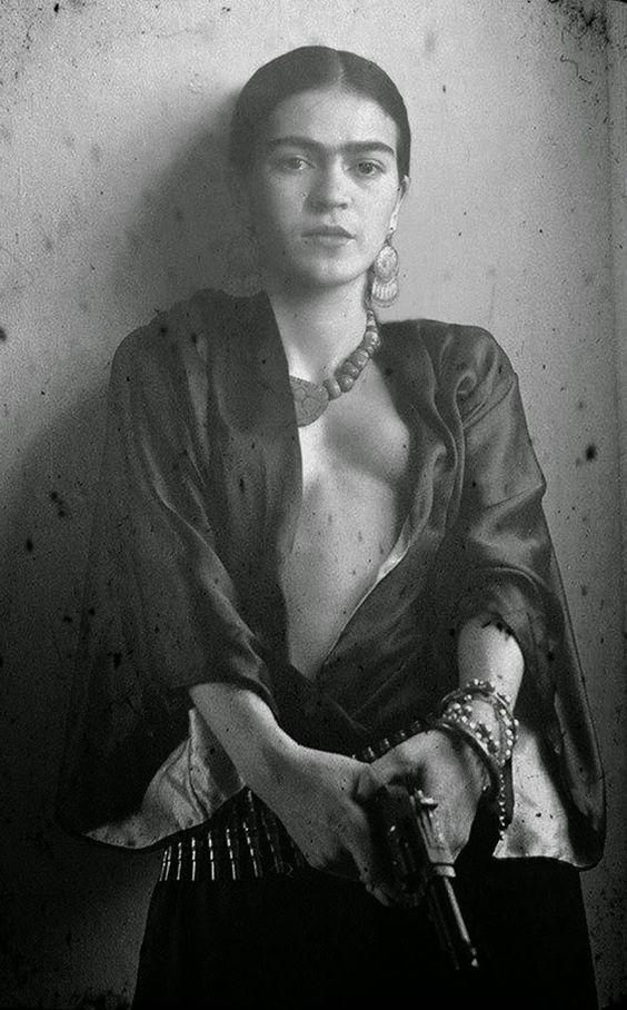 Frida Kahlo mit Kanone