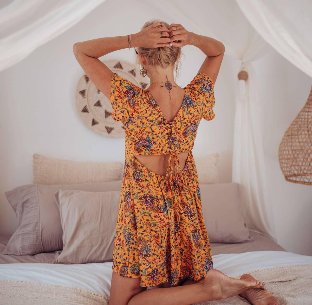 Kurzes Sommerkleid Gelb Boteh Muster Cut Out Kleid Rückenfrei