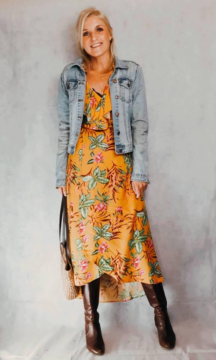 Outfit Inspo Gelbes Kleid mit Jeansjacke Outfit für den Frühling